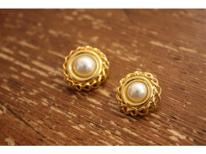 Zlatý knoflík s perlou design Chanel