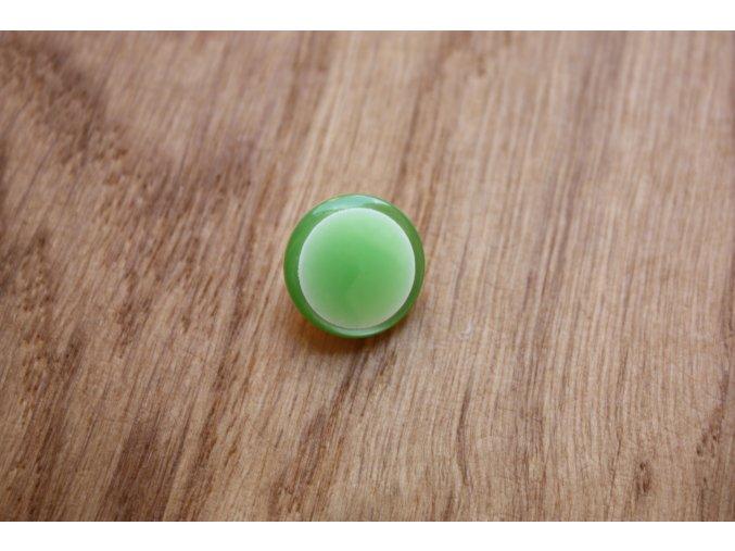 Zelený knoflík s ouškem