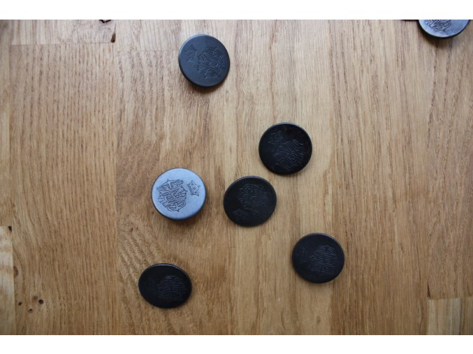 Černý kovový knoflík s erbem