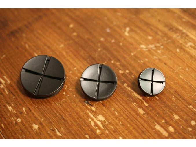 Černý kovový knoflík s ouškem, design Trussardi