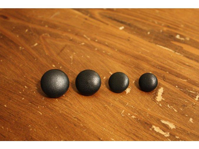 Černý kožený knoflík