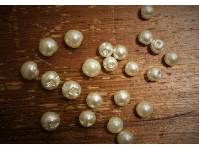 smetanový knoflík perlička