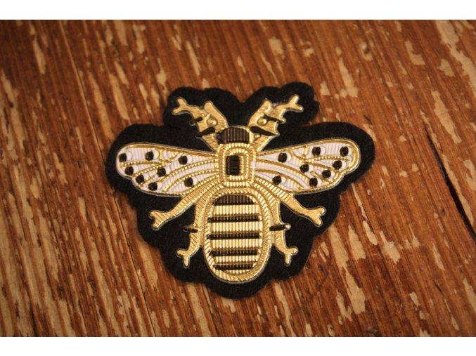 Aplikace ve tvaru včely a la Gucci