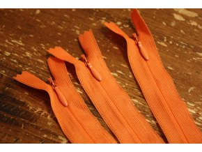 Mrkvově oranžový skrytý zip 55cm