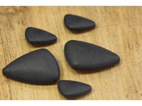 Černý trojúhelník, knoflík s ouškem ve dvou velikostech