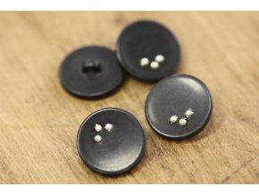 Černý knoflík s kovovými tečkami