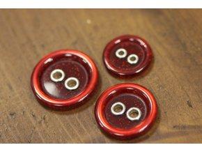 Červený knoflík s kovovými dírkami, 3 velikosti