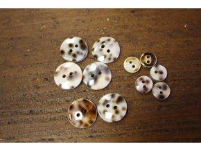 "Dvoudírkový perleťový knoflík ""Tiger shell"""