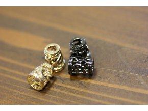 Kovové koncovky s ornamentem