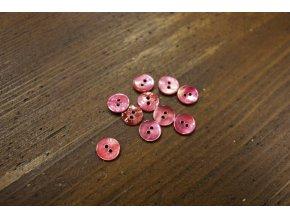 Růžový dvoudírkový perleťový knoflík