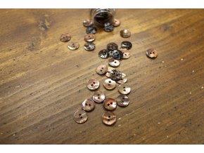 Hnědý dvoudírkový perleťový knoflík