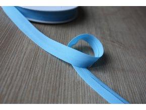 Šifonový šikmý proužek v blankytné modré barvě