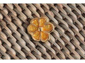 Zlatožlutý knoflík ve tvaru květiny