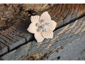 Pudrový knoflík ve tvaru květiny
