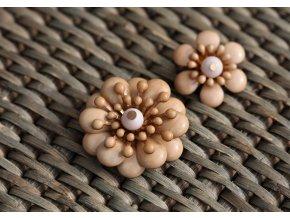 Béžový knoflík ve tvaru květiny