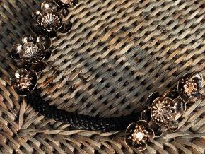 Květinová ozdoba s černým provazem