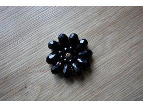 Černá aplikace z korálků ve tvaru květiny