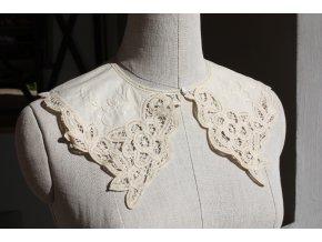 Bílý bavlněný límeček s ruční výšivkou