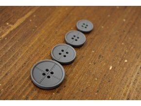 Čtyřdírkový šedý knoflík se štepem, 4 velikosti