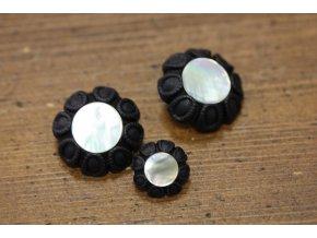 Černý plastový knoflík s perleťovým středem