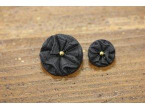 Černý plastový knoflík se zlatým středem, design Valentino