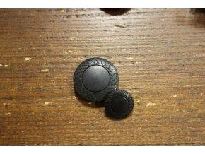 Černý plastový knoflík s ornamentem