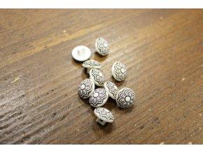 Bílý knoflík s hnědým ornamentem, 12mm
