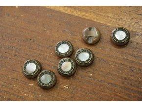 Hnědý plastový knoflík s perleťovým středem (imitace), 18mm