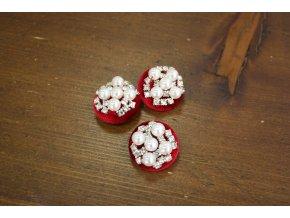 Červený sametový knoflík s perly