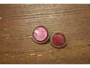 Červený knoflík se starozlatým prstencem