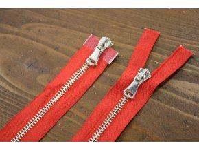 Červený zip se stříbrným kovem s dva jezdci, 60cm