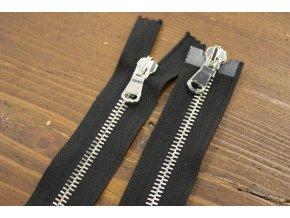 Černý zip se stříbrným kovem s dva jezdci, 80cm