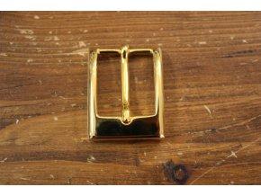Zlatá spona z kvalitního kovu.