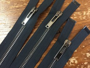 Tmavě modrý dělitelný zip s tmavým kovem,  50cm
