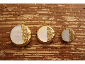 Knoflík s perleti, design Chanel