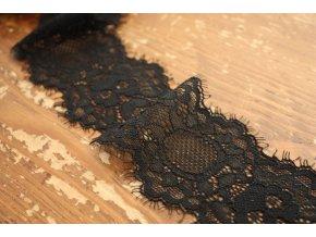 Černá krajka s roztřepeným okrajem
