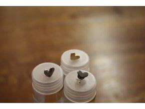 Kovový halenkový knoflík ve tvaru srdička, design Moschino
