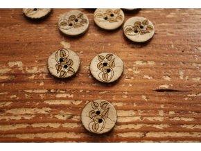 Dřevěný knoflík s ornamentem