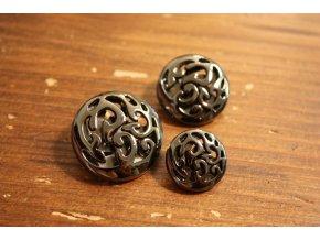 Kovový knoflík s ornamentem