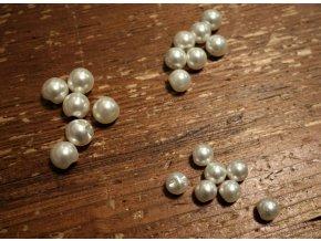 Bílý knoflík perlička