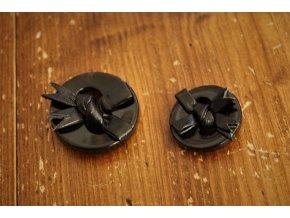 Černý plastový knoflík s mašli