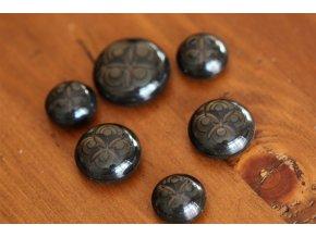 Hnědý knoflík s ornamentem design Prada