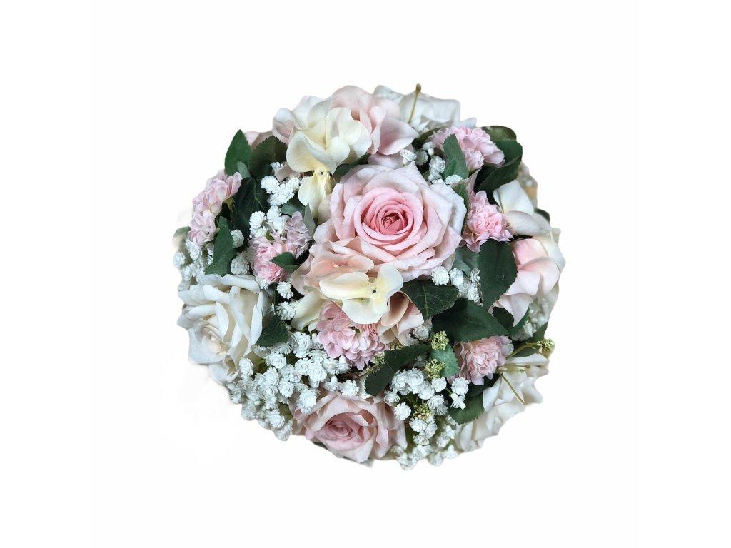 Kytice ve světle růžové barvě z růží a nevěstina závoje
