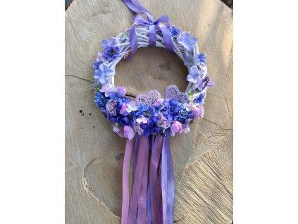 Jarní závěsný proutěný věnec ve fialové barvě s kovovými srdíčky