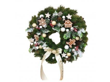 Vánoční chvojkový závěsný věnec s perníčky v krémové barvě 30 cm