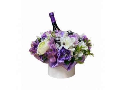 Květinový box z pryskyřníků fialový s Lindt bonbóny a Merlotem 35 cm