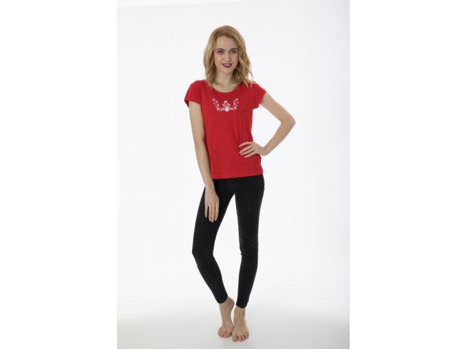 Červené tričko s výšivkou