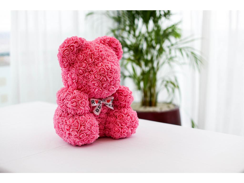 Růžový medvídek z růží se stuhou