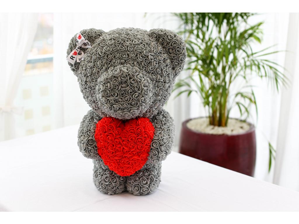 Šedý stojící medvídek z růží s červeným srdcem