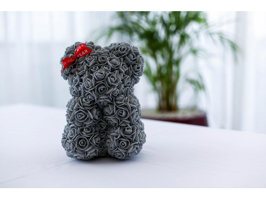 Šedý medvídek z růží se stuhou